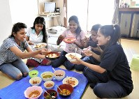 Sushma Sigdel, second from right, and other foreigner technical interns enjoy a meal together in the women's dormitory of Sankyo MFG Co. Ltd. in the city of Higashiosaka on Oct. 9, 2018. (Mainichi/Ryoichi Mochizuki)