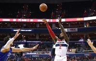 Washington Wizards guard John Wall (2) shoots against Los Angeles Clippers forward Danilo Gallinari, left, during the second half of an NBA basketball game on Nov. 20, 2018, in Washington. (AP Photo/Nick Wass)