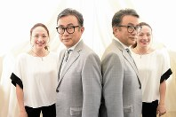 (左から)シルビア・グラブさん、三谷幸喜さん=丸山博撮影
