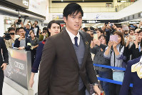 Shohei Ohtani of the Los Angeles Angels arrives at Narita International Airport aboard a flight from the U.S. on Nov. 21, 2018. (Mainichi/Naoki Watanabe)