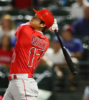 Shohei Ohtani of the Los Angeles Angels hits a home run, showing his power as a slugger in his first year in the major leagues. (Sponichi)