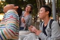 公園で息子と食事をとるXジェンダーの丸山真由(まさよし)さん(34、右)=東京都武蔵野市で2018年10月25日、渡部直樹撮影
