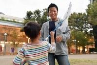 公園で息子と遊ぶXジェンダーの丸山真由(まさよし)さん(34、右)=東京都武蔵野市で2018年10月25日、渡部直樹撮影