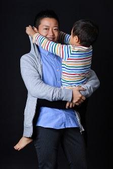 息子を抱くXジェンダーの丸山真由さん=東京都杉並区で2018年11月6日、渡部直樹撮影