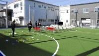 発達障害児向けに開設したフットサルコート=兵庫県伊丹市野間北3のココスポーツで2018年11月21日、近藤諭撮影