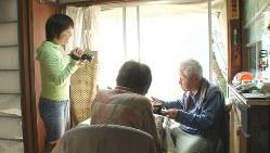 自宅でテーブルを囲む両親を撮影する信友直子監督(左)= ©「ぼけますから、よろしくお願いします。」製作・配給委員会
