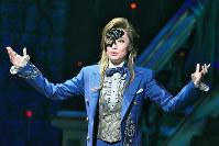 ファントムの心の葛藤を繊細に表現した望海風斗=宝塚大劇場で