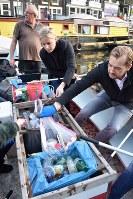 釣ったごみはボート真ん中のごみ入れに分別して捨てる=アムステルダムで2018年11月6日午後4時26分、八田浩輔撮影