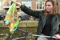 大手スーパーチェーンの有料レジ袋を釣った女性=アムステルダムで2018年11月6日午後4時3分、八田浩輔撮影
