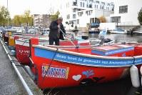 主要部分にリサイクル素材を使ったプラスチック・ホエール社のボート。「このボートはアムステルダムの運河のプラスチックで作られた」と説明が書かれている。=アムステルダムで2018年11月6日午後4時55分、八田浩輔撮影