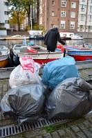 2時間のツアーを終えてごみ袋4枚にいっぱいのごみが釣れた=アムステルダムで2018年11月6日午後4時56分、八田浩輔撮影