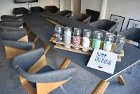 プラスチック・ホエール社の会議室には、運河で釣ったプラスチックを再生した素材を利用したオフィス用テーブルと椅子が使われている。価格は「要相談」だが多くの会員企業が購入しているという=アムステルダムで2018年11月6日午後1時59分、八田浩輔撮影