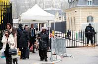 BIE総会が始まり、会場に出入りする加盟国の関係者たち=パリのOECDカンファレンスセンターで2018年11月22日午前9時10分、幾島健太郎撮影