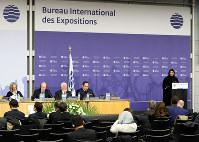 博覧会国際事務局の総会で、2020年にドバイで開催される万博の紹介をする女性(右)=パリのOECDカンファレンスセンターで2018年11月23日午前9時54分、幾島健太郎撮影