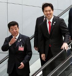 BIE総会の会場に到着し、笑顔を見せる松井一郎大阪府知事(左)と吉村洋文大阪市長=パリのOECDカンファレンスセンターで2018年11月23日午前11時6分、幾島健太郎撮影