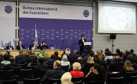 BIE総会でプレゼンテーションするアゼルバイジャンの委員=パリのOECDカンファレンスセンターで2018年11月23日午後0時14分、幾島健太郎撮影