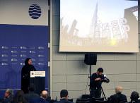 博覧会国際事務局の総会で、2020年にドバイで開催される万博の紹介をする女性(左)=パリのOECDカンファレンスセンターで2018年11月23日午前9時57分、幾島健太郎撮影