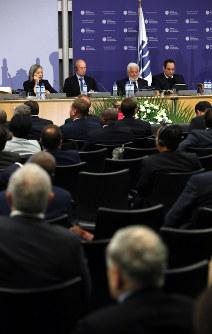 アゼルバイジャンのプレゼンテーションを聞くBIE総会のスタッフ=パリのOECDカンファレンスセンターで2018年11月23日午後0時半、幾島健太郎撮影