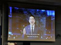 2025年万博の開催国を決めるBIE総会の会場スクリーンに映し出された安倍晋三首相の映像=パリのOECDカンファレンスセンターで2018年11月23日午後1時10分(代表撮影)