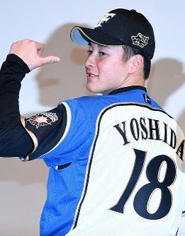 日本ハムの入団記者会見で背番号を披露する吉田輝星選手=札幌市内のホテルで2018年11月23日、竹内幹撮影