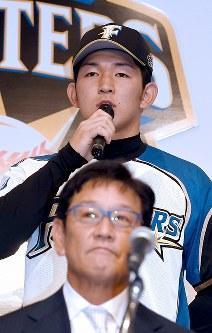 日本ハムの入団記者会見で抱負を述べる柿木蓮選手。下は栗山英樹監督=札幌市内のホテルで2018年11月23日、竹内幹撮影