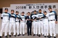 日本ハムの入団記者会見後、栗山英樹監督(中央)と記念写真に納まる吉田輝星選手(左から4人目)ら新入団選手=札幌市内のホテルで2018年11月23日、竹内幹撮影