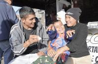 おどける長男ホルヘちゃん(中央)を囲み、笑顔がはじけるウレアさん(左)と妻シンディさん=メキシコ北西部ティフアナで11月23日、山本太一撮影