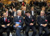 BIE総会で日本の発表を前に、榊原定征・経団連名誉会長(前列左から2人目)と話す松井一郎大阪府知事(同3人目)=パリのOECDカンファレンスセンターで2018年11月23日午後0時1分、幾島健太郎撮影