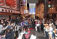 2025年万博開催都市が大阪に決まり喜ぶ人たち=大阪市中央区で2018年11月24日午前1時8分、平川義之撮影