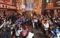 2025年万博の大阪開催が決まり、くす玉を割って喜ぶ人たち=大阪市中央区で2018年11月24日午前1時8分、平川義之撮影