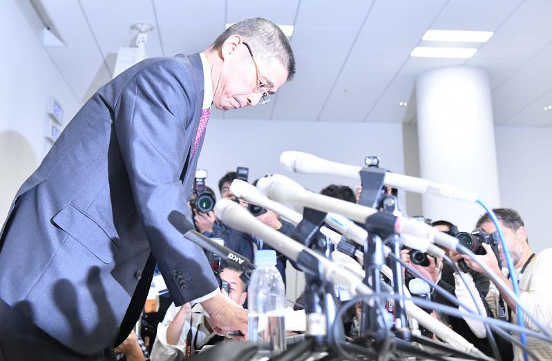 日産のカルロス・ゴーン会長の逮捕を受け開いた記者会見を終えて席をたつ西川広人社長=横浜市西区で2018年11月19日夜
