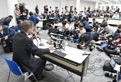日産のカルロス・ゴーン会長の逮捕を受けて記者会見をする西川広人社長(左)=横浜市西区で2018年11月19日夜