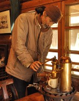 イタリア製のエスプレッソマシンでコーヒーをいれる金沢さん=群馬県桐生市で