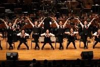 「第23回世界のお巡りさんコンサートinタイ」。息のそろった演技で観客を魅了した警視庁音楽隊=タイ・バンコクで2018年11月25日午後4時47分、松田嘉徳撮影