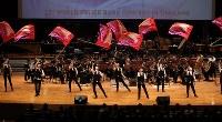 「第23回世界のお巡りさんコンサートinタイ」でフラッグ演技を披露する警視庁音楽隊=タイ・バンコクで2018年11月25日午後4時52分、松田嘉徳撮影