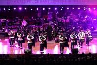 「第23回世界のお巡りさんコンサートinタイ」。バグパイプの演奏で観客を魅了したシンガポール警察音楽隊=タイ・バンコクで2018年11月25日午後、松田嘉徳撮影