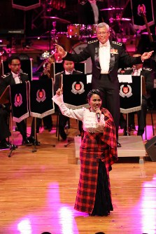 「第23回世界のお巡りさんコンサートinタイ」。ソロボーカルの歌声で観客を魅了したシンガポール警察音楽隊=タイ・バンコクで2018年11月25日午後、松田嘉徳撮影