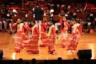「第23回世界のお巡りさんコンサートinタイ」。民族衣装でしなやかな演技を披露したミャンマー警察音楽隊=タイ・バンコクで2018年11月25日午後、松田嘉徳撮影