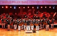 「第23回世界のお巡りさんコンサートinタイ」。勢いのある独特の演奏を披露したミャンマー警察音楽隊=タイ・バンコクで2018年11月25日午後、松田嘉徳撮影