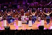 「第23回世界のお巡りさんコンサートinタイ」。様々なバリエーションのパフォーマンスを披露したタイ国家警察音楽隊=タイ・バンコクで2018年11月25日午後、松田嘉徳撮影