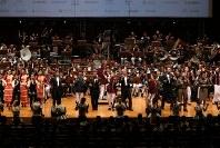 「第23回世界のお巡りさんコンサートinタイ」。合同演奏で舞台一杯に広がり合唱する各隊の隊長ら=タイ・バンコクで2018年11月25日午後、松田嘉徳撮影