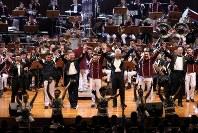 「第23回世界のお巡りさんコンサートinタイ」。合同演奏のフィナーレで手を取り合ってお巡りさんコンサートの成功を喜ぶ各隊の隊長ら=タイ・バンコクで2018年11月25日午後、松田嘉徳撮影
