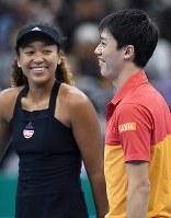 試合後、笑顔を見せる錦織圭(右)と大坂なおみ=名古屋市南区の日本ガイシホールで2018年11月25日、大西岳彦撮影