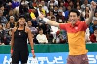 試合中に笑顔を見せる大坂なおみ(左)と錦織圭=名古屋市南区の日本ガイシホールで2018年11月25日、大西岳彦撮影