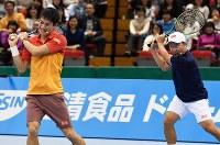 「ドリームテニス」でダブルスのペアを組むと錦織圭(左)とマイケル・チャン=名古屋市南区の日本ガイシホールで2018年11月25日、大西岳彦撮影