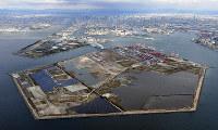 大阪万博予定地の夢洲。中央奥は梅田のビル群=大阪市此花区で2018年11月17日、本社ヘリから木葉健二撮影
