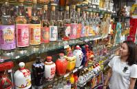 土産物店に並ぶ「金門コーリャン酒」=台湾・金門県金城で
