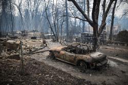 カリフォルニア州の山火事で焼け落ちた車 Bloomberg
