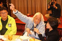 台北での誕生日の祝宴での史明氏(中央) 筆者撮影