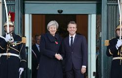 ブレグジット後も英国は欧州の一員?(メイ英首相=左=とマクロン仏首相) Bloomberg